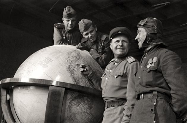 Soviet soldiers with Hitler's globe at the end of WWII (1945). (Why ... Wwii Soldiers Returning Home