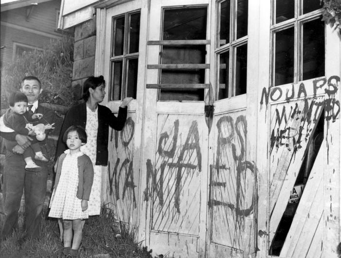 1945_Japanese family returning to their home