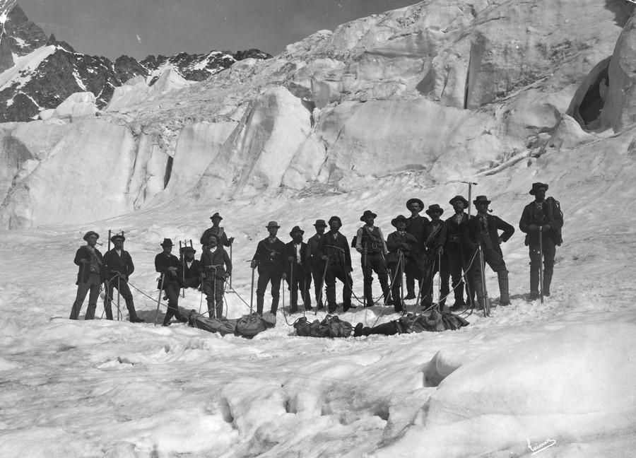 1895. Hegymaszok hozzak le halott tarsaik holttestet a Mont Blanc-rol