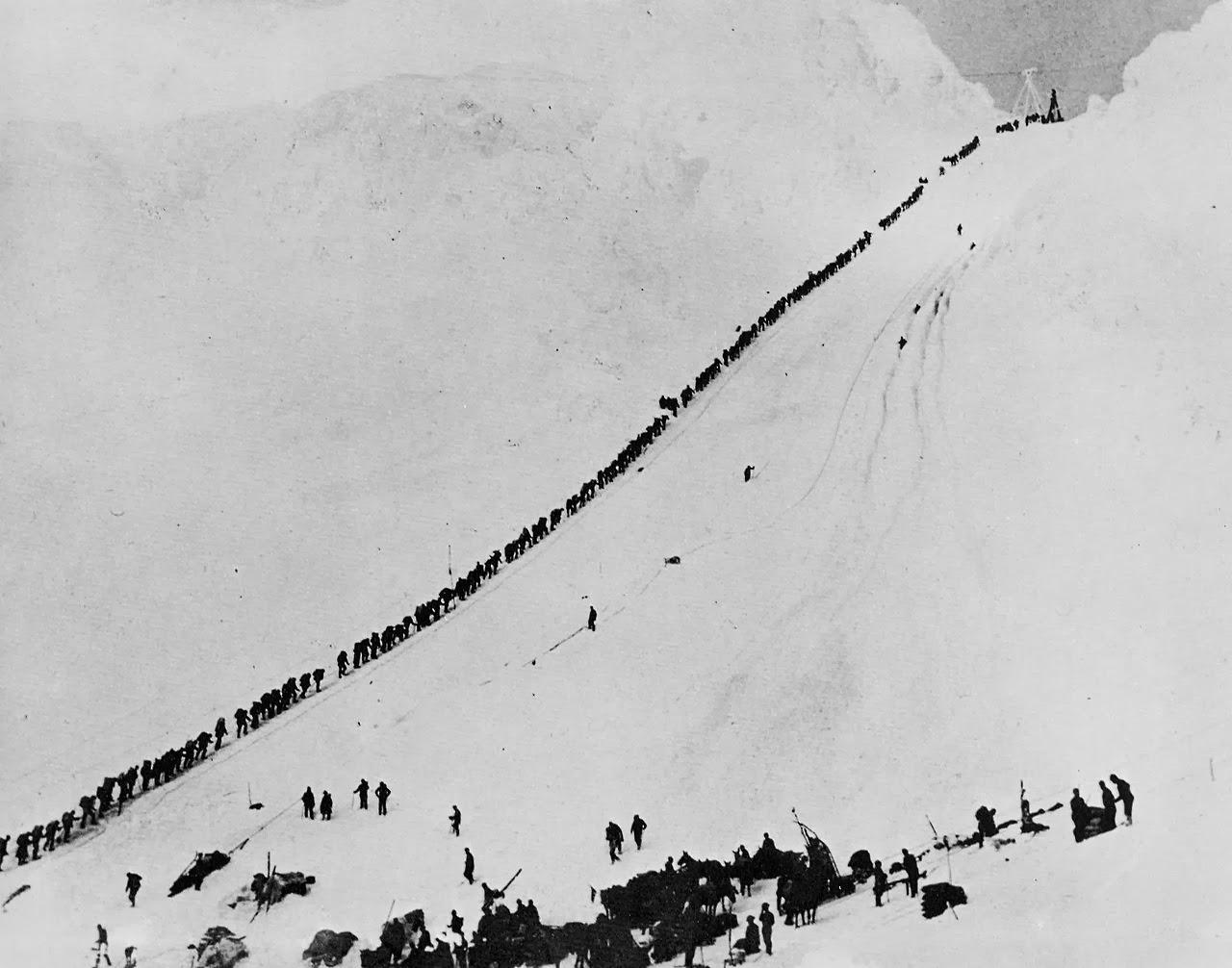 1898. Aranyasok menetelese a Chilkoot-hagonal. A hagon vezetett az egyetlen jarhato ut Dawson Citybe.