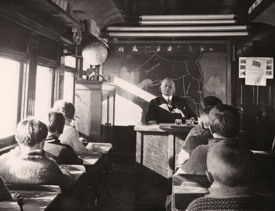 1932. Vasuti kocsiban berendezett iskola, oka ismeretlen. Ontario, Kanada