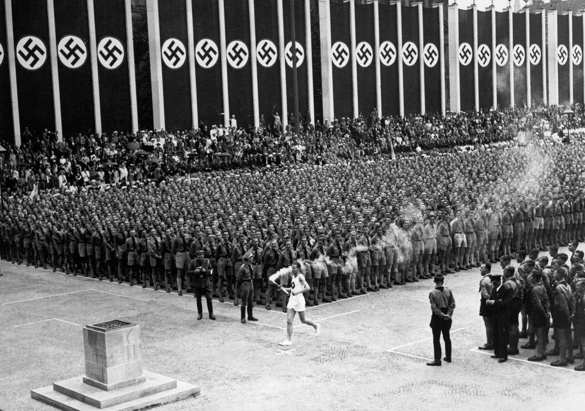 1936. Az olimpia lang megerkezik Berlinbe, megkezdodnek a naci egisz alatt megrendezett sportjatekok