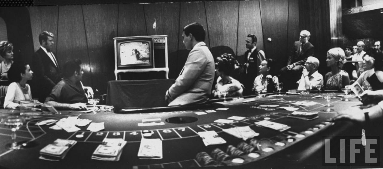 1969. A szerencsejatekot is abbahagytak a las vegasi Dunes hotelben, hogy figyelhessek a holdraszallas pillanatait