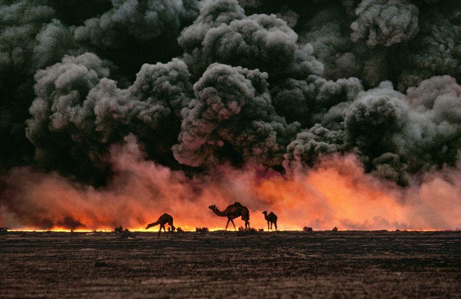 1991. Tevek, a hatterben a - visszavonulo iraki csapatok altal felgyujtott - Al-Ahmadi olajmezo Kuvaitban