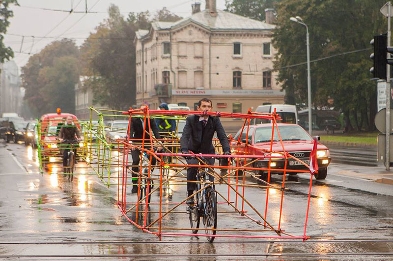 latvian-cyclists-demonstration-cars-141014_2