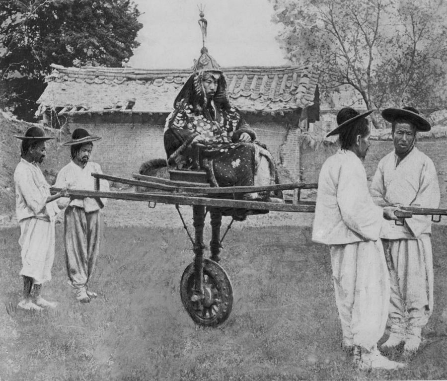 Korean nobleman and his carriers, cca. 1900