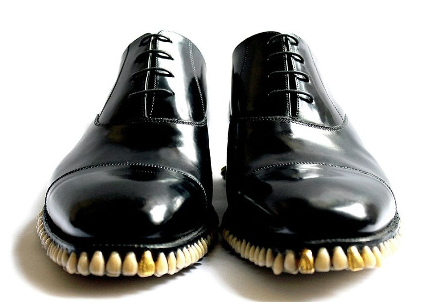 Bizarre-Shoes-With-artificial-Teeth-080115_4