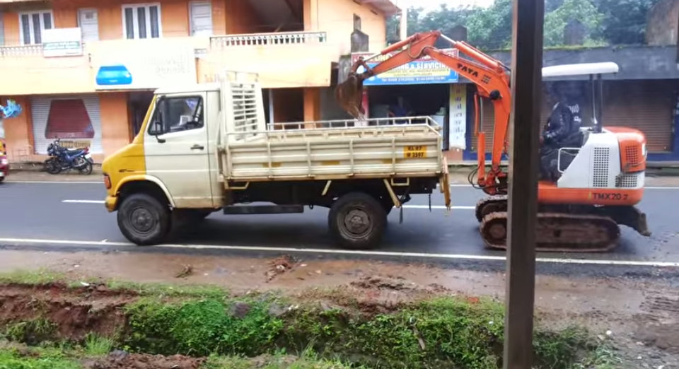 indian_load_jcb_on_truck_070115