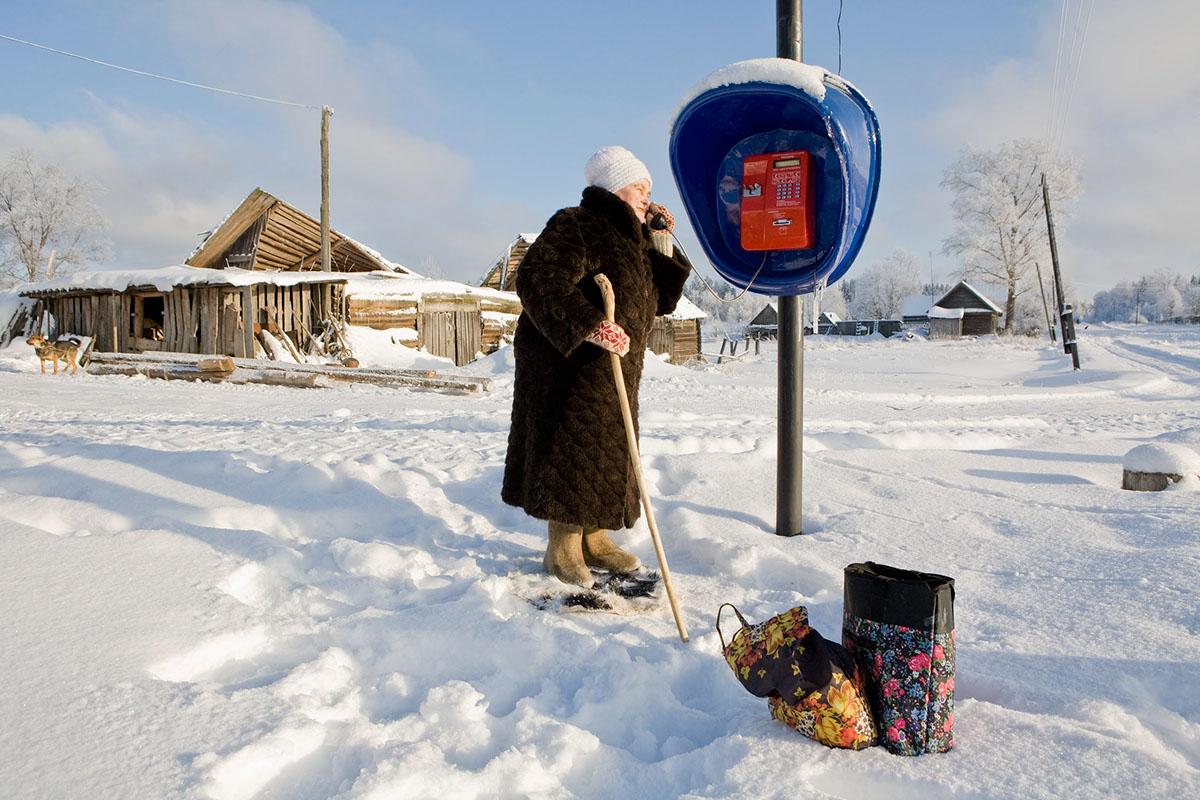Tatjana am Telefon,einzige Telefon , ausser bei Elena Dorfaerztin, im Dorf
