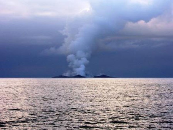 boaters-witness-birth-of-an-island-underwater-volcano-14