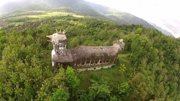 man-builds-myterious-chicken-church-in-middle-of-Indonesian-jungle-1