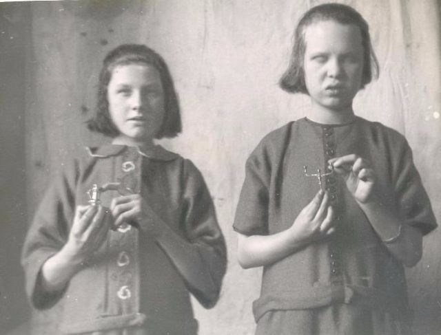 blind-people-see-through-touch-on-vintage-photos-24