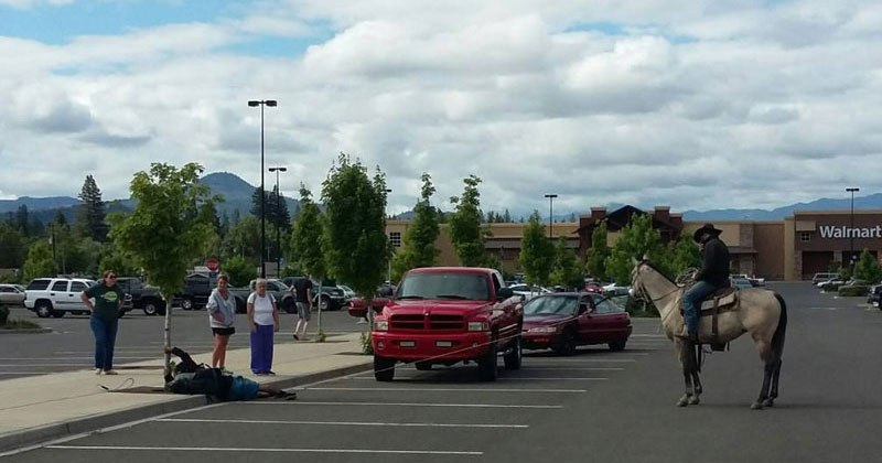 guy-on-horse-lassoes-bike-thief-in-a-wal-mart-parking-lot-3