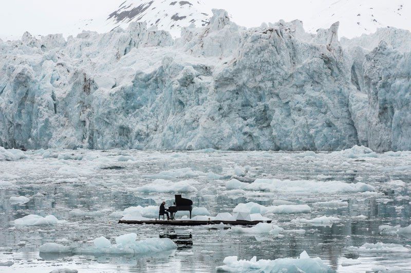 musician-plays-piano-in-the-middle-of-the-arctic-as-glacier-melts-behind-him-2