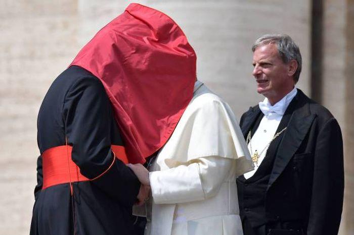 pope cardinal kiss